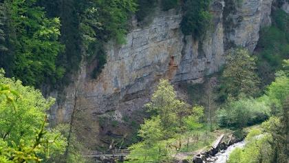 Tiefblicke auf die Felswände und den Steg über den Felsenweiher zum Tannegger Wasserfall