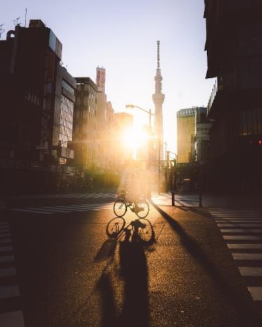 Sonnenuntergang in den leeren Straßen Münchens