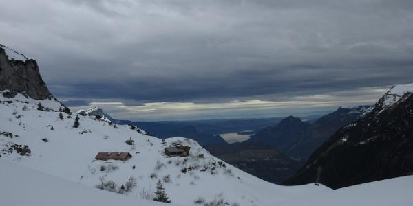 Blick auf die Bergstation der Luftseilbahn und Vierwaldstätter See