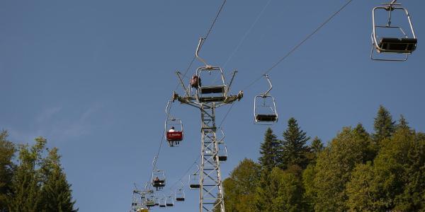 Bequem und entspannt werden die meisten Höhenmeter mit der Sesselbahn überwunden. Der Rückweg führt meistens unterhalb der Bahn durch.
