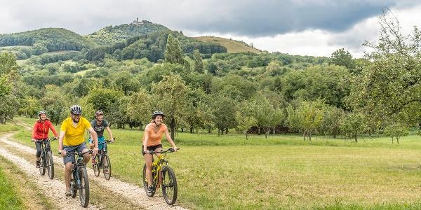 Radfahrer unterhalb der Burg Teck