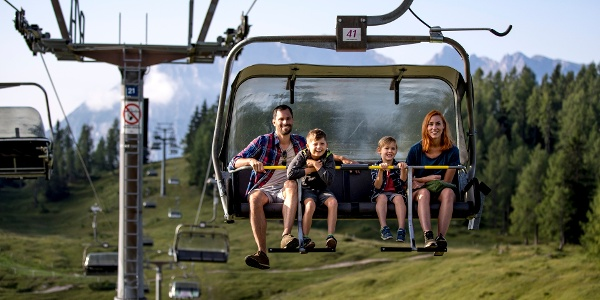 Familie auf der 4er-Sesselbahn