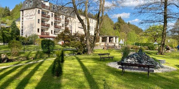 Blick aus dem Garten auf das Hotel Vogtland