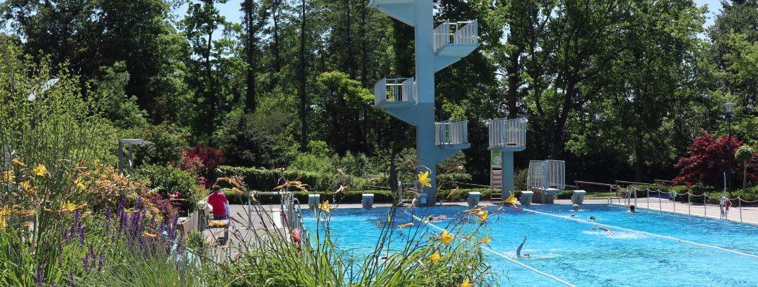 Schwimmerbecken mit Sprungturm