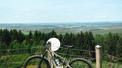 Fahrrad auf der Plattform an der Tiefenrother Höhe