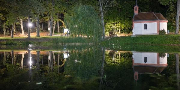 A bakonybéli Borostyán-kút kápolnája