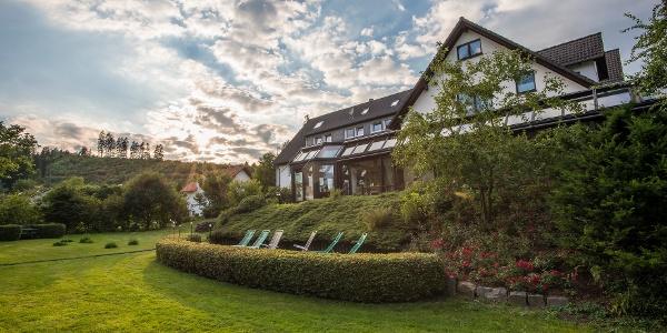 Hotel im Auerbachtal Hausansicht mit Garten