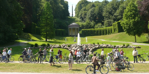Fahrradgruppe vor dem Amphitheater