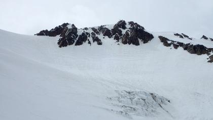 Abfahrt über die Flanke gleich unter dem Gipfelgrat - steiler als es ausgesehen hat!