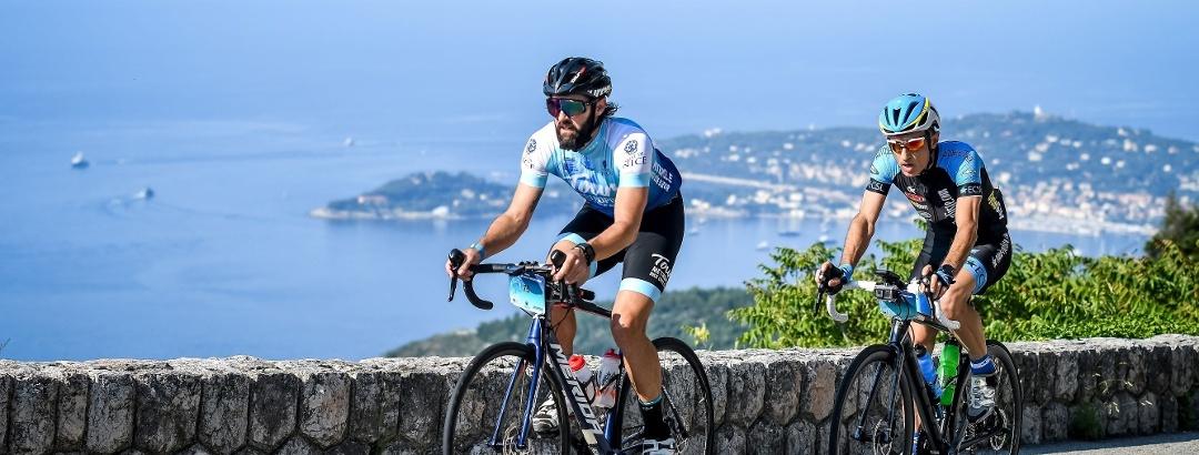 Cyclistes vélo de route - montée du col d'Eze