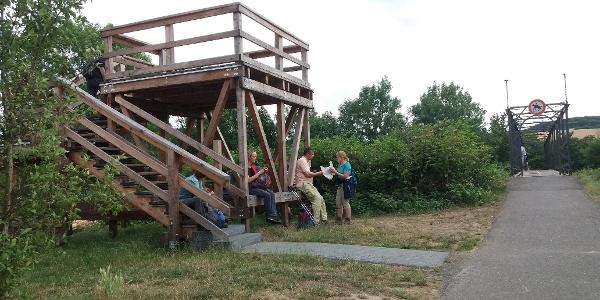 Moderner hölzerner Aussichtsturm an der Ahr zwischen Heimersheim und Ehlingen.