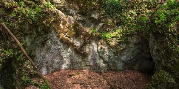 Az Udvar-kő-barlang (Dante-pokla) egy beszakadt barlangi terem maradványa