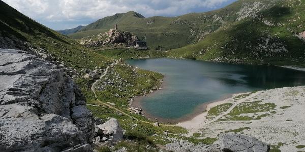 nach Überquerung der ital. Grenze, nahe der Gedächtnisstätte, ein Blick nach Norden zum Wolayersee, zur Hütte und dem Madernkopf