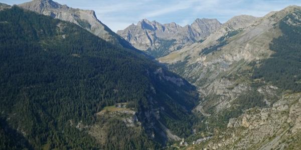 St. Dalmas-le-Selvage vom Aufstieg auf den Col de la Colombière aus gesehen