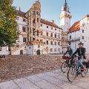 Radfahrer vor dem Schloss Hartenfels, Torgau