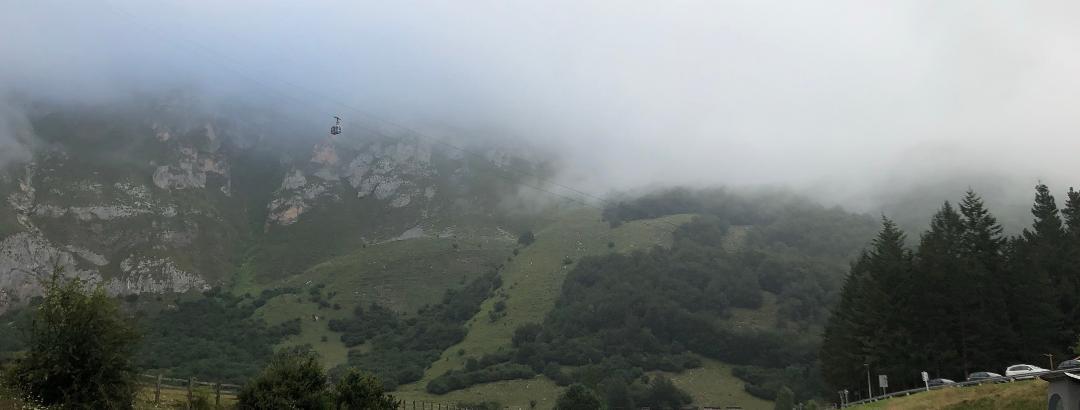 Parkplatz und Nebel in der Früh