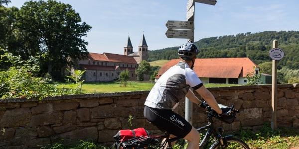Radfahrer auf dem Weser-Radweg bei Bursfelde