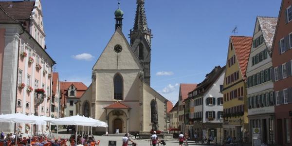 Der Marktplatz Rottenburgs wird vom Dom St. Martin beherrscht