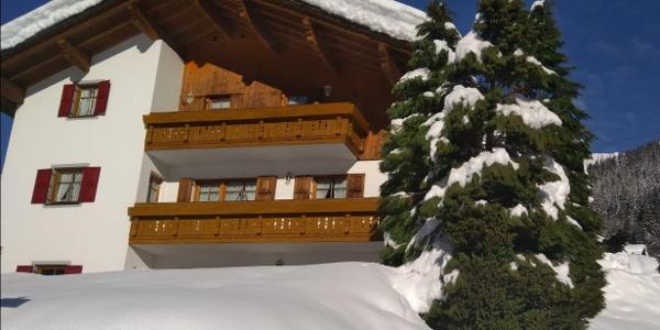 Wohnungen mit Balkon im oberen Stock