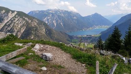 Blick vom Feilkopf über Pertisau zum Achensee mit Rofan im Hintergrund