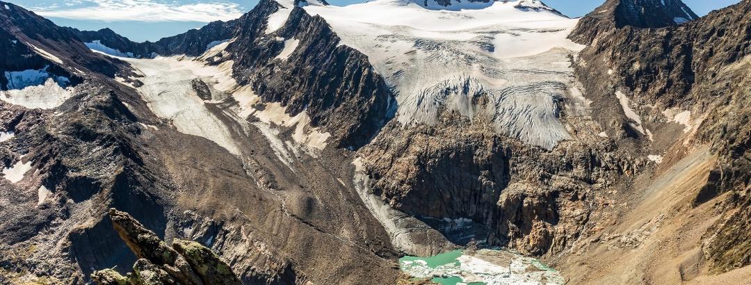 Blick vom Großen Trögler auf den Sulzenauferner und Gletschersee (Stand: Sommer 2020)