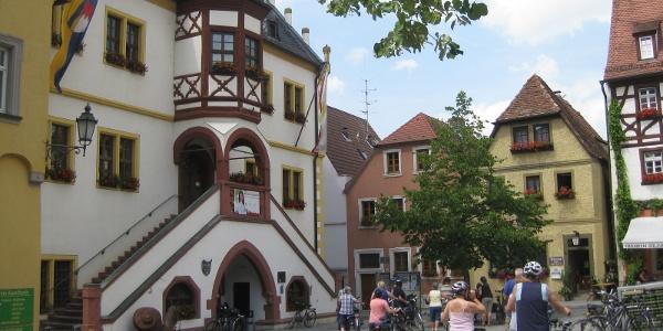 Marktplatz der Stadt Volkach mit dem prunkvollen Rathaus