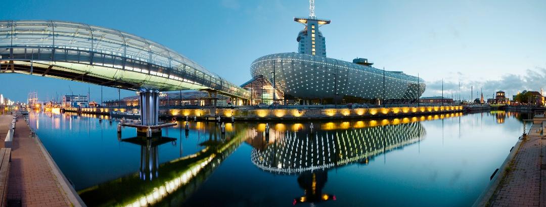Klimahaus mit Glasbrücke