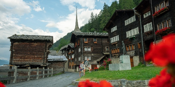 Place du village de Niederwald avec la statue de César Ritz