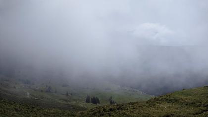Wolken hängen im Tal unterm Pinzgauer Spaziergang