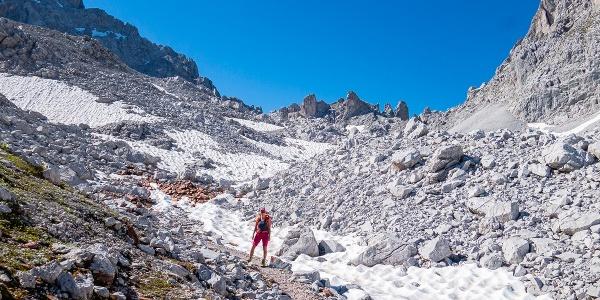 Aufstiegsweg zum Drusator, das bei den Felszacken liegt.
