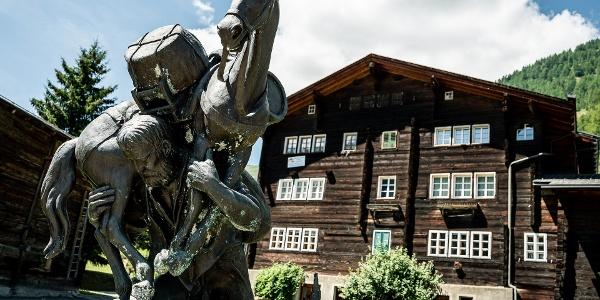 Monument Baschi dans le village de montagne de Geschinen
