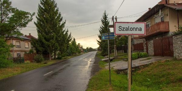 Szalonna vasútállomástól pár száz métert gyalogolni kell, hogy elérjük a falut