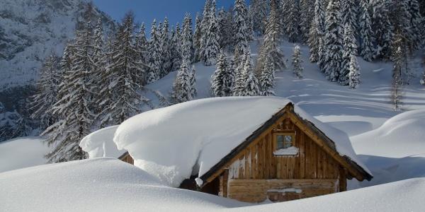 Tief verschneite Langpoltenalm