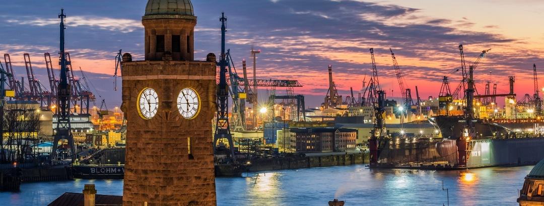 Der Hamburger Hafen mit Landungsbrücken
