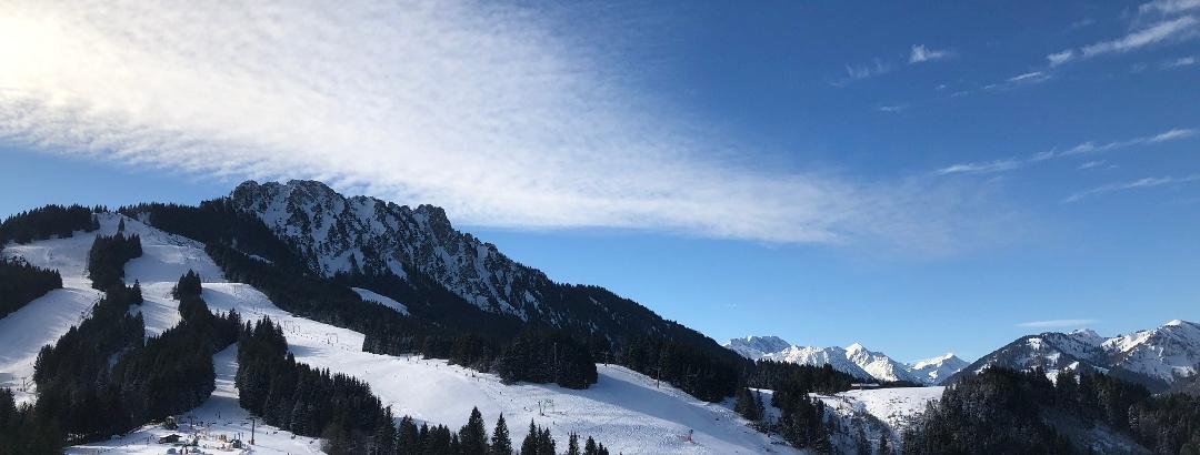 Aussicht auf den Hausberg Sorgschrofen mit Skigebiet