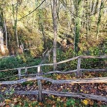 Beim Parkplatz nach links bergab, somit vermeidet man in Menningen den steileren Aufstieg