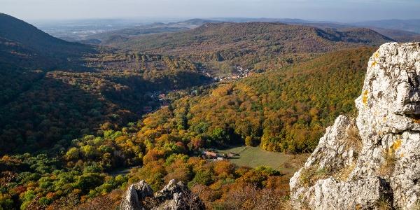Lent Pilisszentlélek, hátul Esztergom (Fekete-kő)