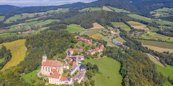 Wallfahrtskirche Pöllauberg und Blick Richtung Masenberg
