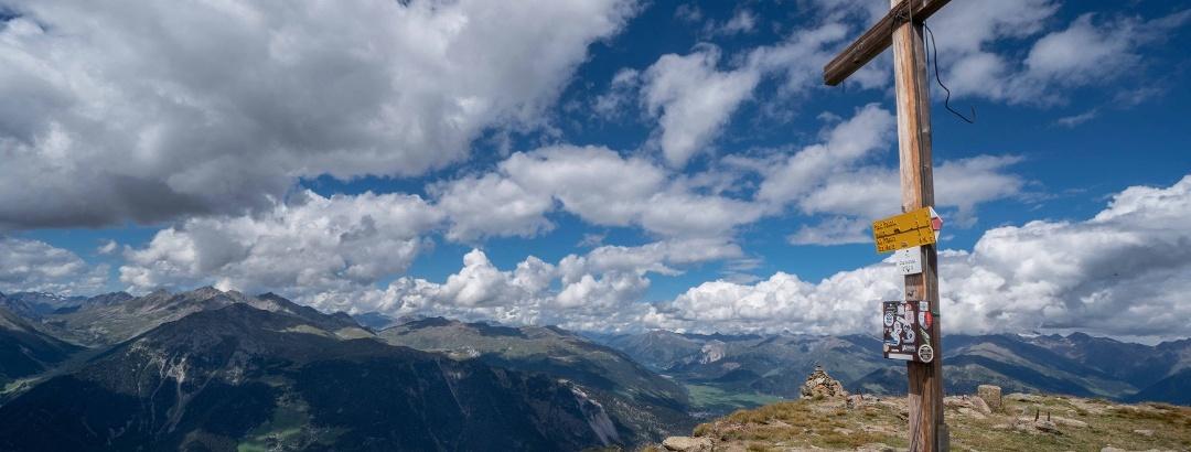 Gipfelkreuz Blickrichtung Reschensee, Waltes, ...