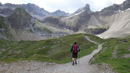 Wanderer auf der Alpenüberquerung E5