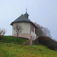 Recht imposant zeigt sich die St. Donatus- und St. Sebastianuskapelle auf den letzten Metern bergauf