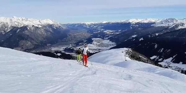 Der lange Nordostrücken des Roßkogels eröffnet ein großartiges Panorama und prägt den Charakter dieser Skitour auf's Kögele.