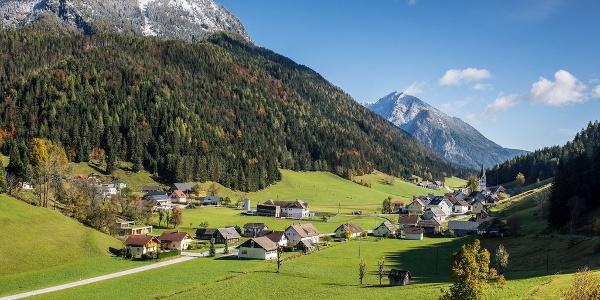 das Bergsteigerdorf Zell-Pfarre (im Hochtal) mit Blick nach Osten zum Freiberg (li.) und dahinter zum Hochobir