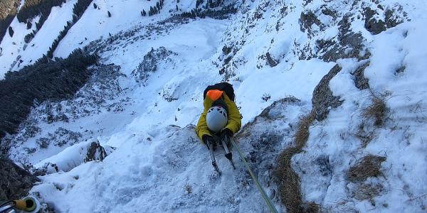 Am Ende der 4. Seillänge an der Felskante oberhalb der 2 m hohen Wandstelle mit Riss