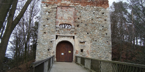 Eingang zur imposanten Burganlage von Landsee