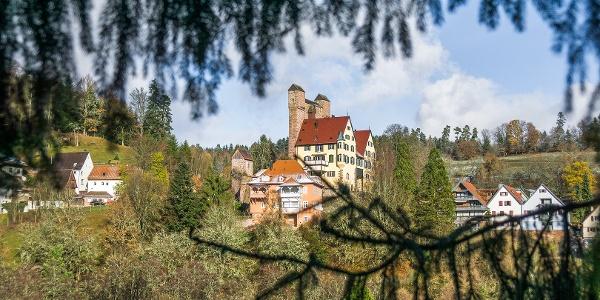 Die Burg in Berneck mit ihrer markanten Schildmauer
