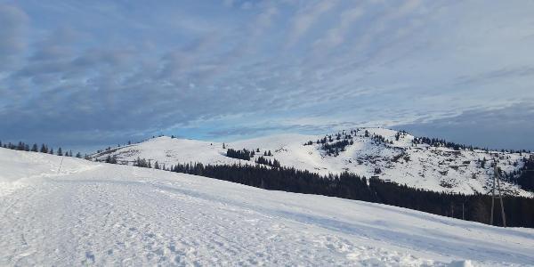 Blick zu Beginn der Tour - links der Windkogel, rechts die Thorhöhe
