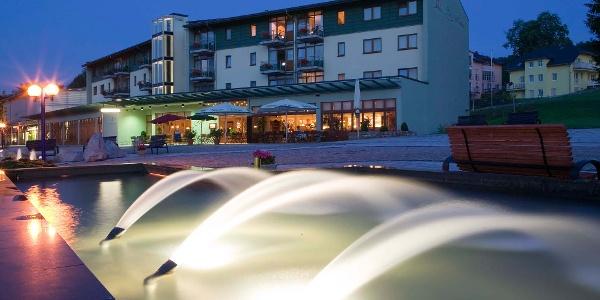 Außenansicht am Abend - Hotel Am Kurhaus, Bad Schlema
