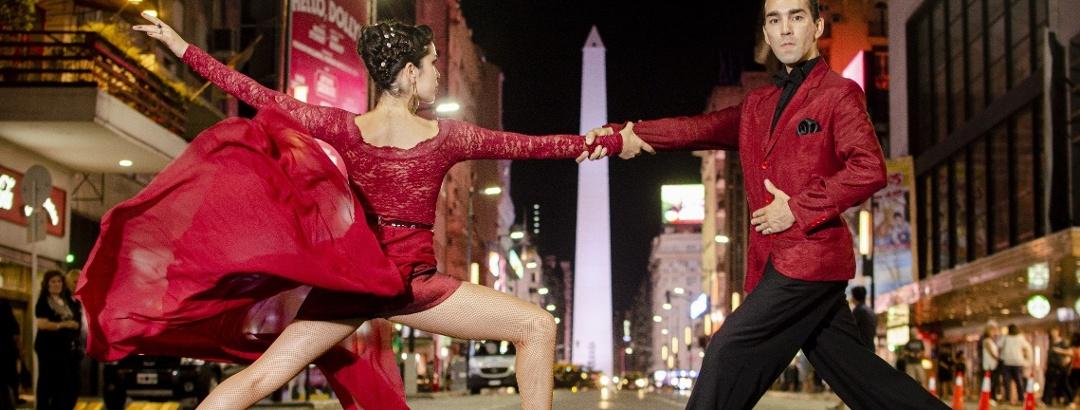 Tango sobre la Avenida Corrientes, frente al Obelisco de Buenos Aires, Argentina