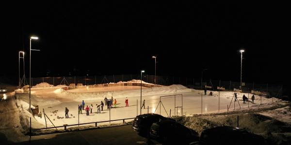 Eisplatz und Curlingbahn Tschierv bei Nacht.